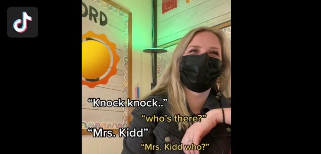 L'enseignante demande à ses élèves de l'INSULER